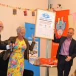 Mark Deckers, interimdirecteur Bibliotheek Deventer, neemt het ondertekende Voorleesconvenant in ontvangst