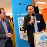 Frans Bergfeld, directeur Bibliotheek Waterland, neemt het Voorleesconvenant in ontvangst