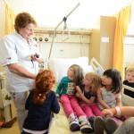 Kinderen krijgen een rondleiding (Foto: Ad Bogaard)