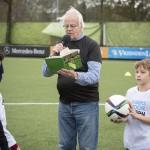 Bram van der Vlugt leest voor bij aanvang van de wedstrijd.