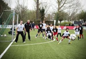 Leo Blokhuis, Heini Otto, Ruben Nicolai en Beau van Erven Dorens voetballen met kinderen